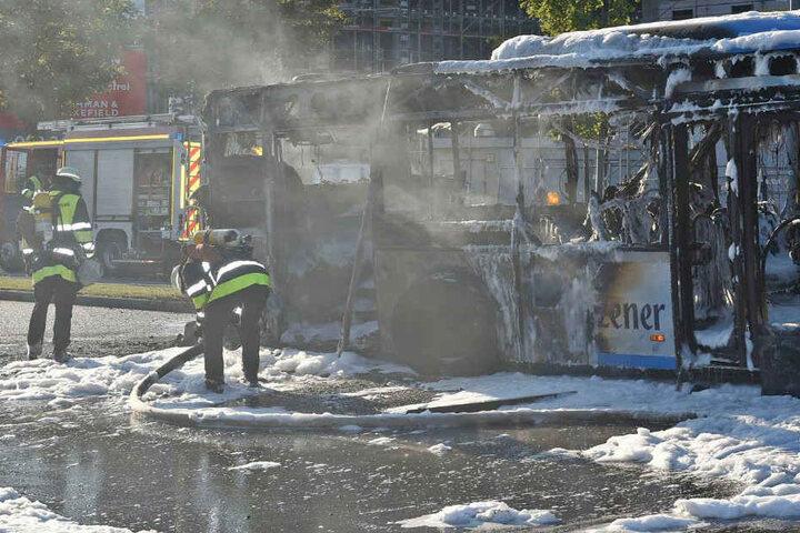 Trotz aller Bemühungen durch die Feuerwehr konnte ein Totalschaden nicht verhindert werden.