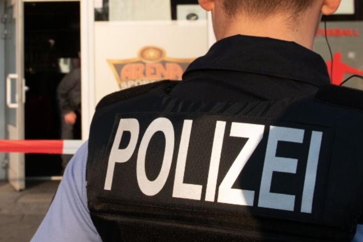Der Polizist musste nach dem Sturz durch die Fensterscheibe schwer verletzt in ein Krankenhaus gebracht werden. (Symbolbild)
