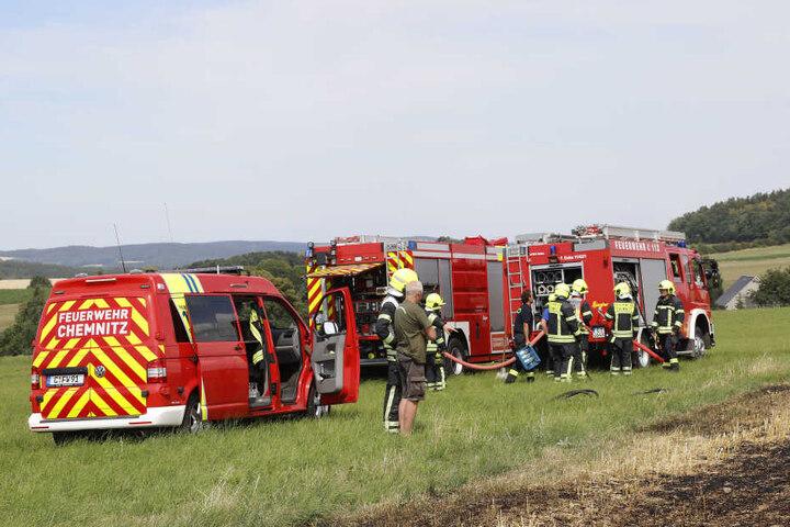 Ungefähr sechs Löschfahrzeuge rollten an, um das Feuer einzudämmen und die noch nicht eingeholte Ernte zu schützen.