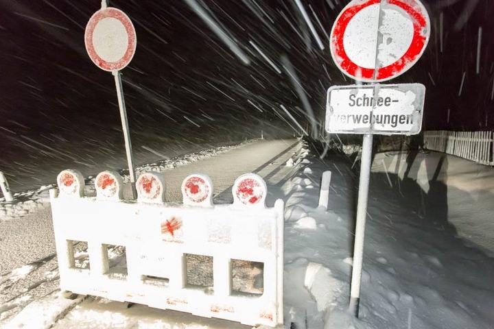 Im Erzgebirge sind die ersten Straßen wegen Schneeverwehungen gesperrt.