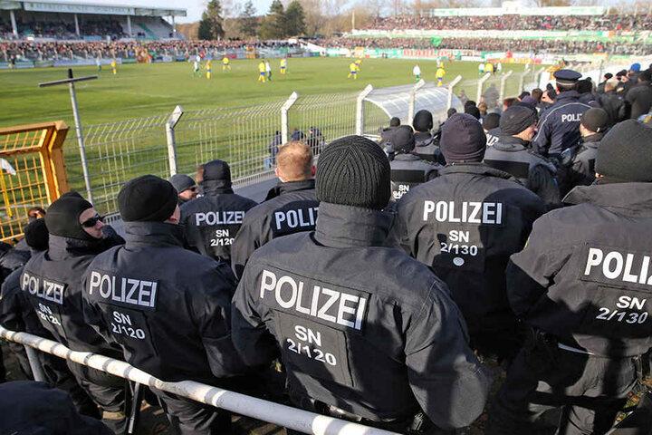 In und um das Stadion waren jede Menge Polizisten im Einsatz.