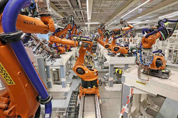 Ein Blick in den Karosseriebau im VW Werk Zwickau.