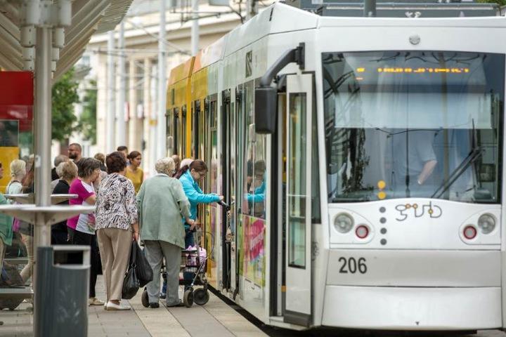 An einer Straßenbahnhaltestelle stiegen der Mann und die Schüler aus. Dann kam es zu der Auseinandersetzung. (Symbolbild)