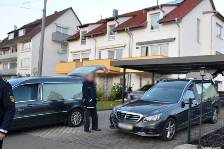 Abtransport der Leichen der vierköpfigen Familie, die bei dem Unglück starb.