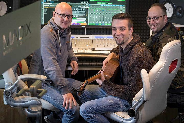 Im Studio Madix von Stereoact DJ Rixx alias Sebastian Seidel (34, r.) und Martin Bonitz (36,l.) singt und spielt Talent Jonathan Naumann (22) für einen neuen Titel.