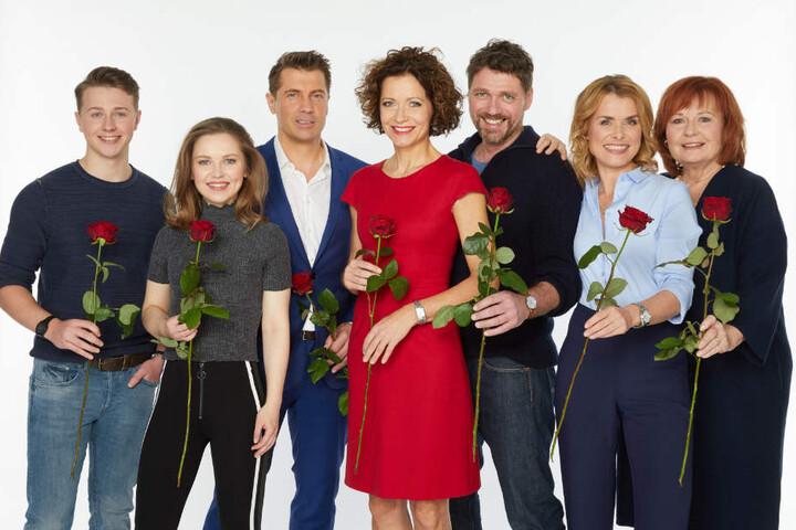 """Die Stars der Serie """"Rote Rosen"""": Felix Jordan (von links nach rechts), Marija Mauer, Wolfram Grandezka, Madeleine Niesche, Björn Bugri, Andrea Lüdke und Johanna Liebeneiner."""