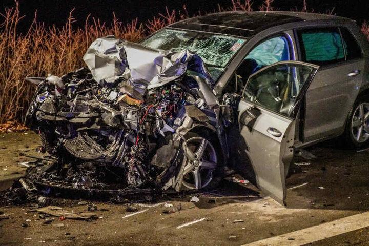 Der völlig zerstörte VW auf einer Landstraße in der Nähe von Waiblingen.