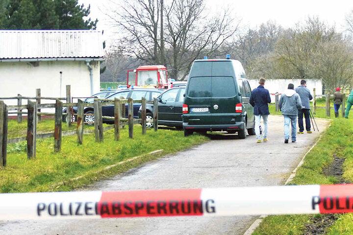 Auf diesem Reiterhof endete die Tragödie tödlich. Polizisten sichern nach dem Mord an Rocco J. Spuren.