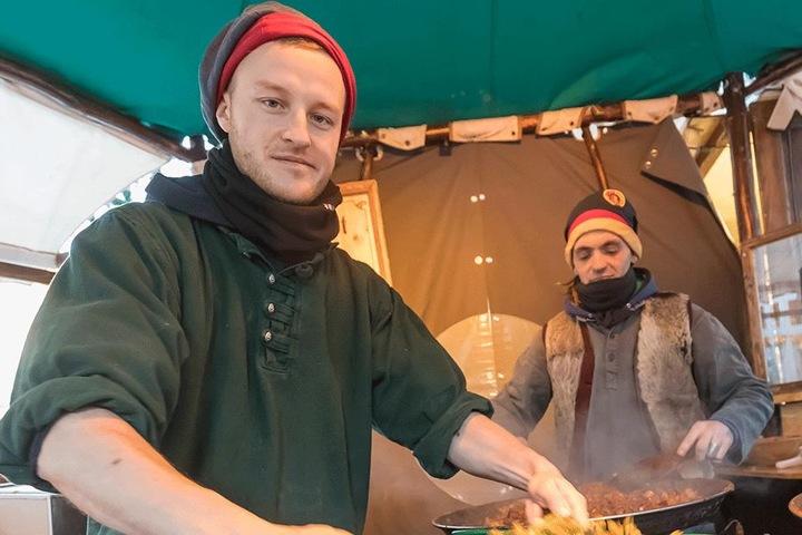 Tobias (29) und Ronny (33, v.l.) füllen in der Inneren Klosterstraße herzhafte Hanfbrote mit fettarmen Zutaten.
