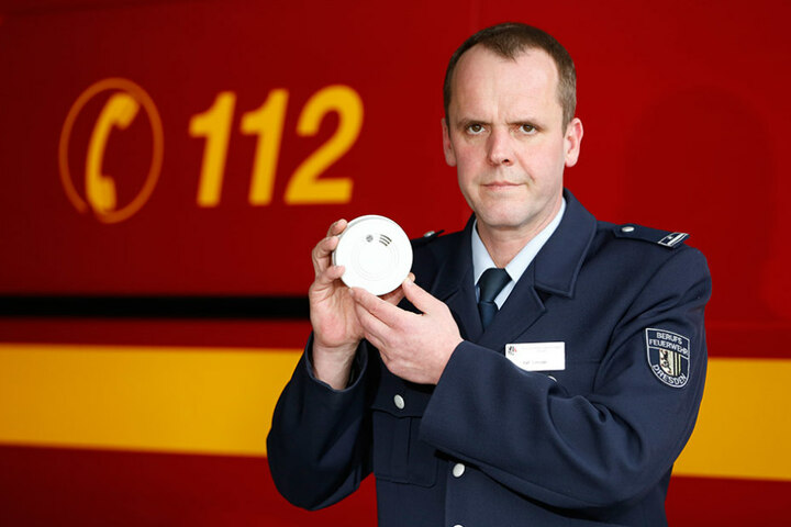 Rauchmelder können Leben retten, sagt Feuerwehrsprecher Ralf Schröder (44).