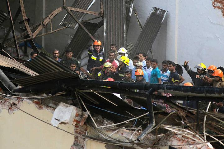 Rettungskräfte suchen in den Trümmern nach Opfern.