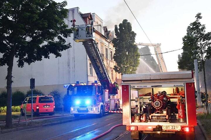 Die Feuerwehr musste für die Löscharbeiten die Oberleitung der Bahn abschalten.