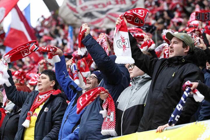 Hatten ihren Spaß und trotzten dem kalten Windböen und kurzem Regenschauer: Die RB-Fans in der Red Bull Arena.