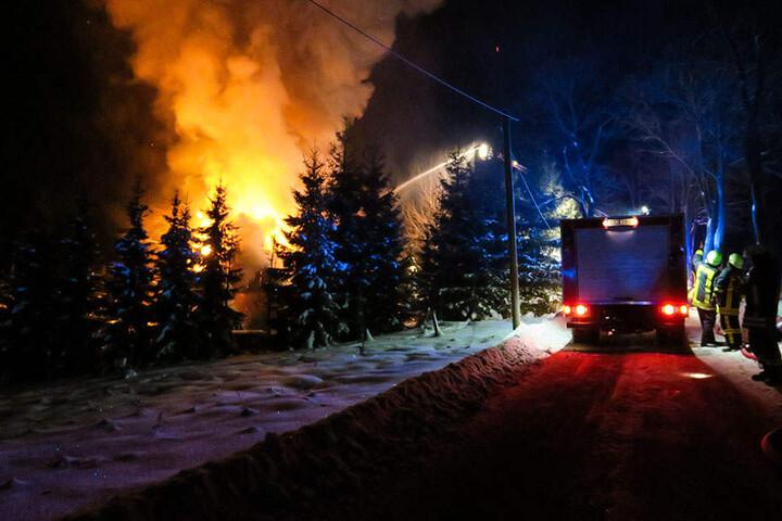 Das Holzhaus stand komplett in Flammen.