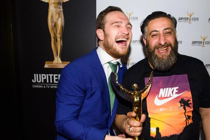 """Die Schauspieler Frederick Lau (l) und Kida Khodr Ramadan präsentieren den Jupiter Award, den sie für die TV-Serie """"4 Blocks"""" als """"Beste Serie"""" während der Verleihung des Publikumspreises der beiden Fachzeitschriften Cinema und TV Spielfilm erhalten haben"""