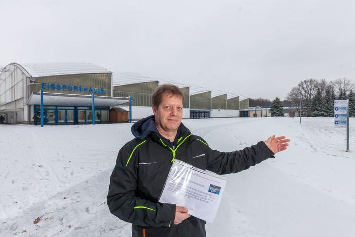 Thomas Ebell zeigt den möglichen Baustandort für eine 50 Meter Schwimmhalle an der Eissporthalle im Küchwald.