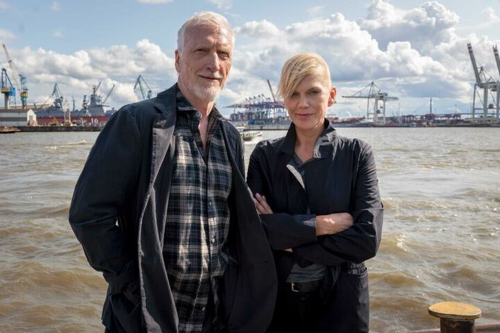 Die Schauspieler Ernst Stötzner (als Richard Dorn) und Anna Loos (als Helen Dorn) stehen an der Elbe.