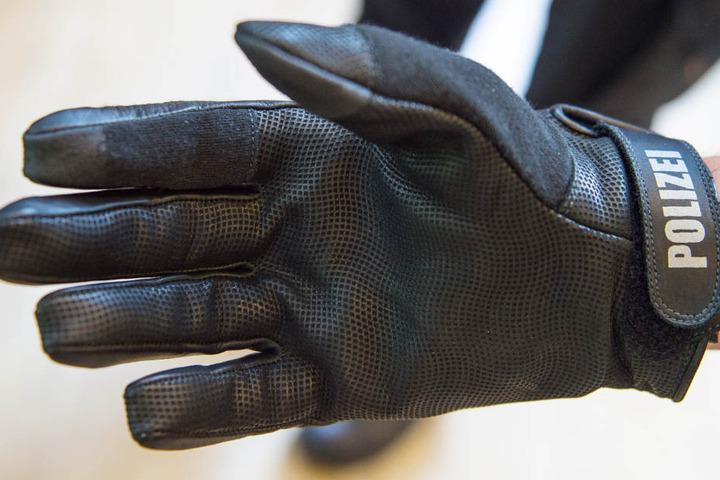 Trotz eines solchen Handschuhes erlitt die Polizistin durch den Biss Verletzungen an einem Finger.