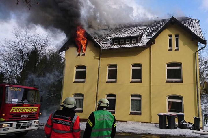 Die Feuerwehr arbeitet mit Hochtouren an den Löscharbeiten.