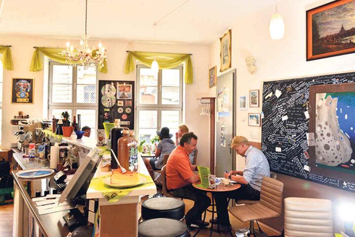 An der Salzgasse gegenüber vom Albertinum liegt das kleine Café. Dort geht's gemütlich und überschaubar zu.