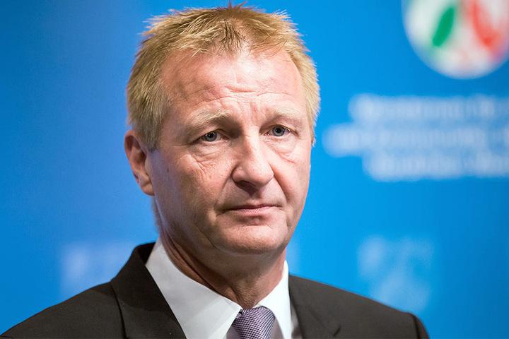 NRW-Innenminister Ralf Jäger warnt vor den drei Todsünden, die man auf Autobahnen begehen kann.