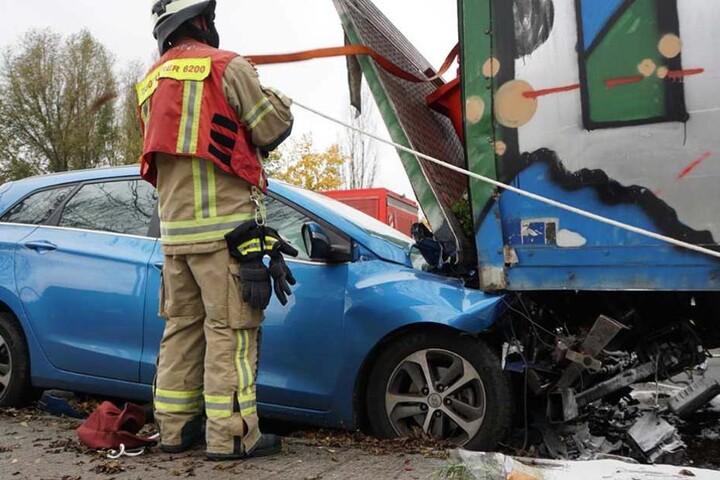 Auto und Laster wurden schwer beschädigt.