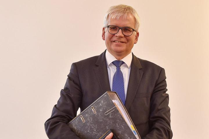 Finanzbürgermeister Hartmut Vorjohann (53, CDU) würde statt Garagenkomplexen lieber neue Wohnungen sehen.