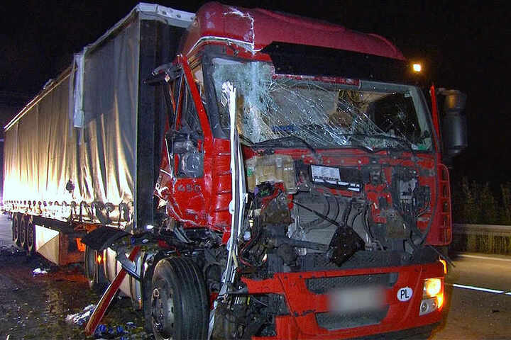 Wie durch ein Wunder konnte sich der Unfallverursacher unverletzt aus seinem zerstörten Führerhaus befreien.