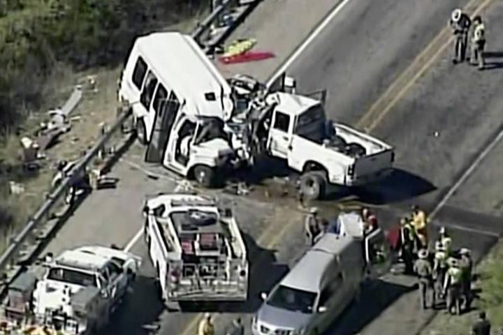 Ein Kleinbus und ein Pick-up-Truck stießen frontal zusammen.