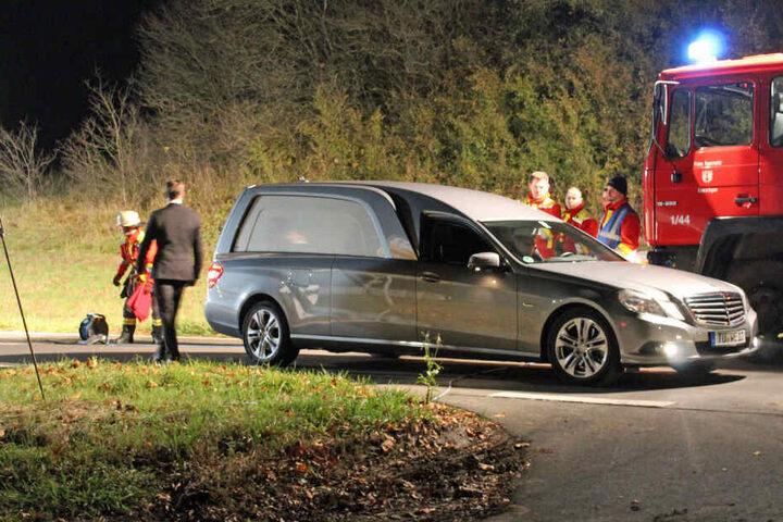 Mit diesem Wagen wird die Leiche des Mannes abtransportiert.