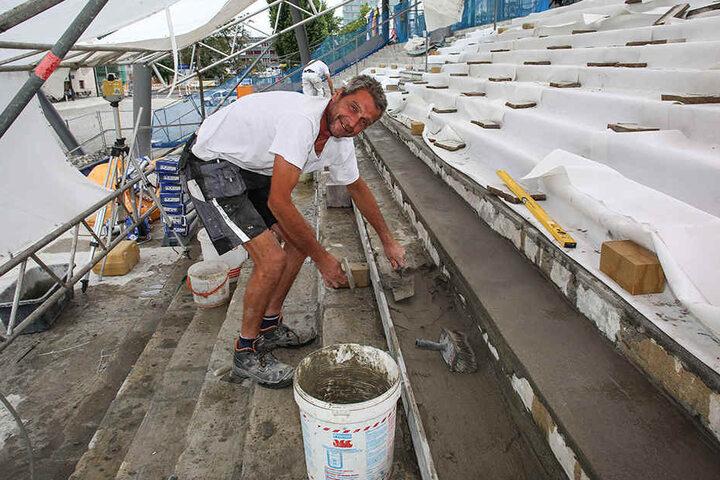 Udo Tunack (50), Mitarbeiter der Dresdner Firma Schubert Steinmetz und Steinbildhauer GmbH, bessert die Stufen mit Beton aus.