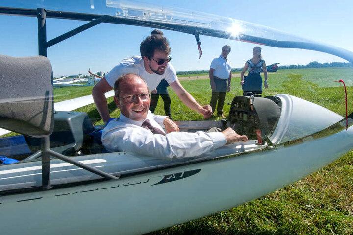 Innenminister Markus Ulbig (53, CDU) kam zum Probesitzen. Pilot Olver Krummel (31) erklärte ihm, wie ein Segelflieger funktioniert.