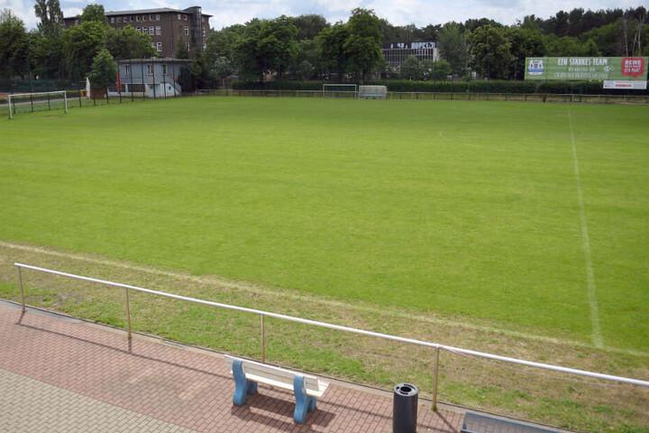 Blick über den Rasenfußballplatz des Käthe-Tucholla-Stadions auf dem Gelände des Sportvereins SSV Köpenick-Oberspree.