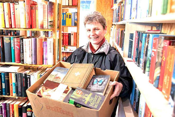Bei Sabine Herrmann (49) wandert guter Lesestoff nicht in den Müll, sondern ins Bücherregal.