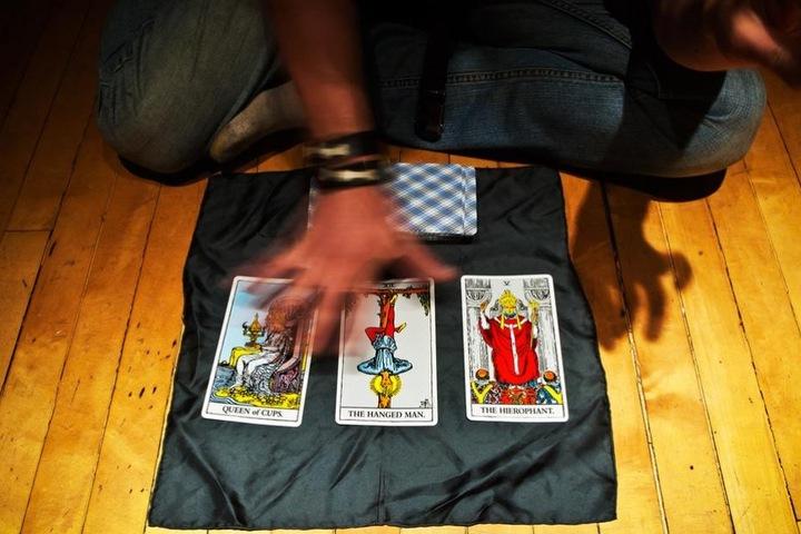 Einige versuchen, mit Tarotkarten die Zukunft vorauszusagen oder eine Antwort auf persönliche Fragen zu finden.