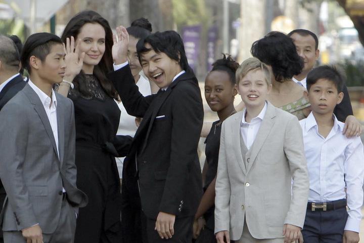 Im Februar besuchte Jolie mit ihren Adoptivkindern Pax (l), Maddox (M), Zahara (3.v.r), Shiloh (2.v.r) Kambodscha.