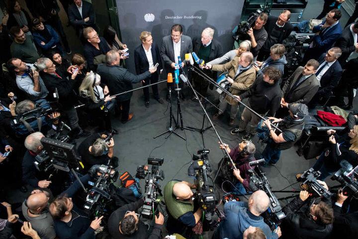 Nach der Entscheidung im Bundestag musste die AfD-Spitze jede Menge Fragen beantworten.