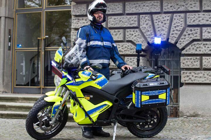Polizeioberkommissar Björn Steven Sorge steht neben einem der beiden bundesweit ersten Elektro-Polizeimotorräder für den städtischen Einsatz- und Streifendienst.