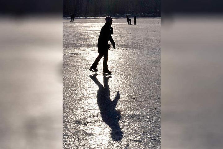 Auch Schlittschuhlaufen auf gefrorenen Gewässern ist gefährlich.