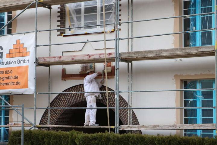 Das Fassadenelement wird derzeit wieder an dem Haus angebracht.