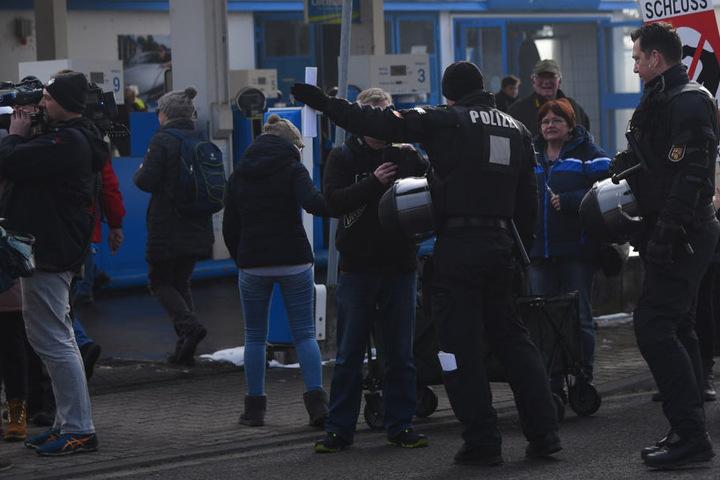 """Die Polizei spricht derweil von """"Provokationen""""."""