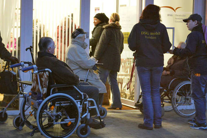 Bewohner eines Altersheims warten am Mittwochmorgen in Potsdam auf ihre Evakuierung.