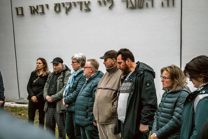 In Chemnitz versammelten sich ebenfalls mehrere Dutzend Menschen vor der Synagoge.