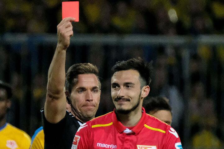 Spielentscheidend: Schiedsrichter Tobias Stiler zeigt Berlins Roberto Puncec die rote Karte.