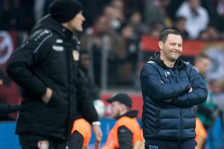 Leverkusens Trainer Heiko Herrlich (l) und Trainer Pal Dardai von Berlin nebeneinander an der Seitenlinie.