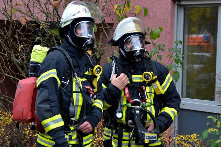Die Feuerwehrleute rückten mit Atemschutzausrüstung an.