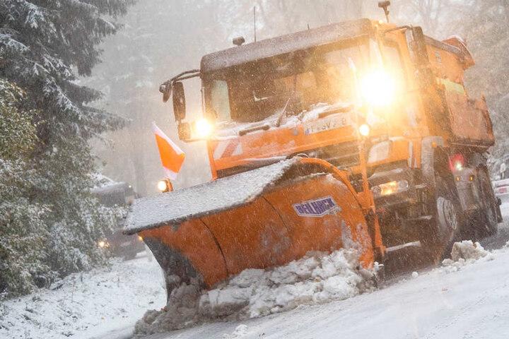 Eine Straße musste vorübergehend gesperrt werden, damit der Winterdienst räumen konnte.