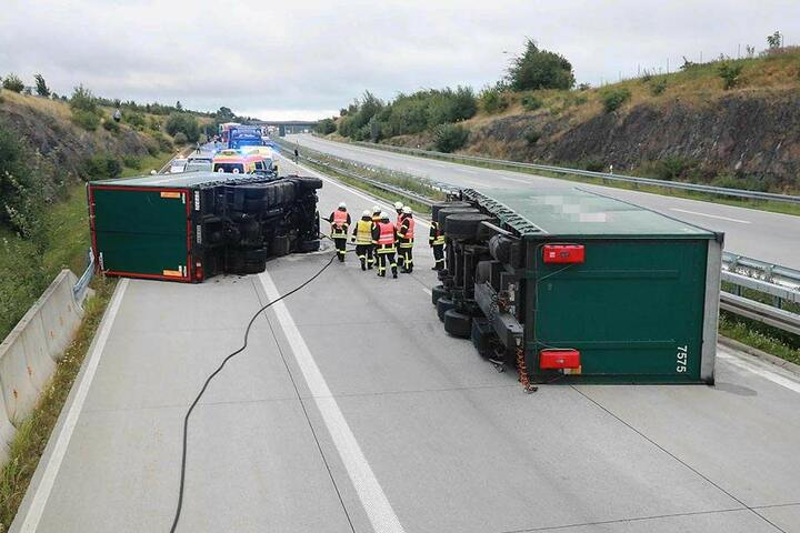 Der Lkw und sein Anhänger kippten um. Die A17 ist in Richtung Dresden ist voll gesperrt.