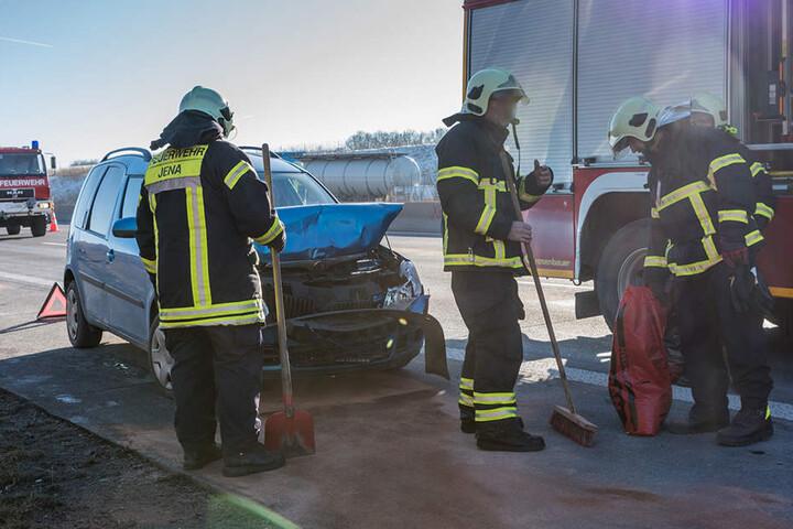 Die Feuerwehr musste nach dem Unfall auslaufende Betriebsstoffe binden.