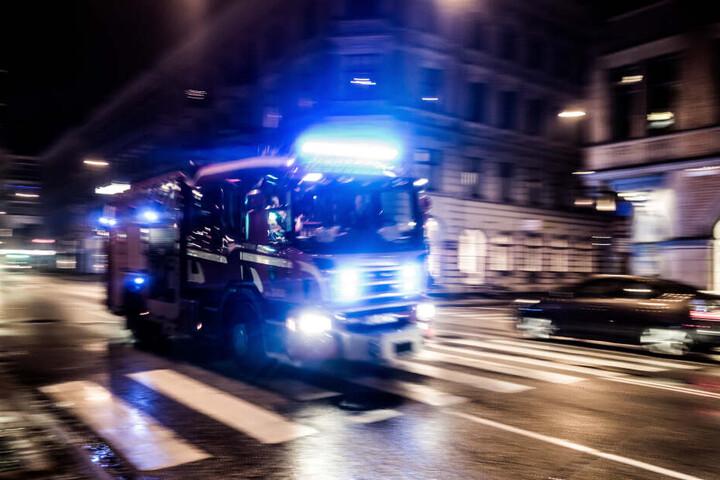 Feuerwehrauto eilt zum Einsatzort. (Symbolbild)